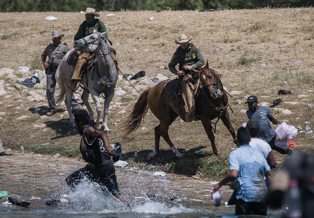天津处罚马路低头族 生命至上